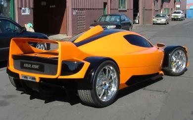 карбоновый кузов и пятилитровый восьмицилиндровый двигатель BMW, шестипоршневые тормоза AP Racing