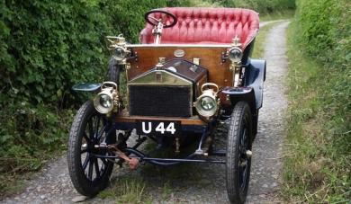 Ретро-автомобиль имеет двухцилиндровый двигатель мощностью 10 лошадиных сил