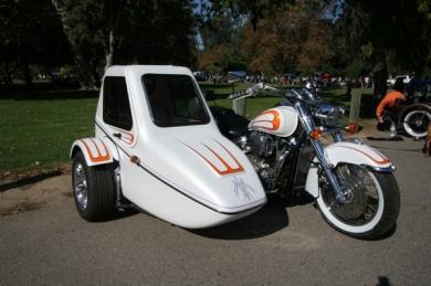 белые Harley Davidson с коляской