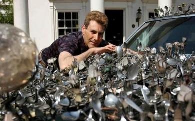 Брайн прикрепил на автомобиль Кадиллак  5000 серебряных ложек