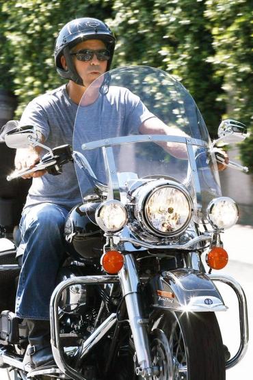 Джордж Клуни на своем мотоцикле Harley-Davidson